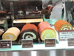 店内:ロールケーキ各種(超とろけるロールケーキフロマージュ1260円)@チョコレートショップ・博多区綱場町