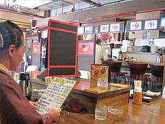 3店内:掘り炬燵テーブルとカウンター@大連屋台料理Lee(李・リー)