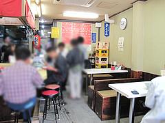 店内:カウンターとテーブル席@長浜ラーメン味心・雑餉隈