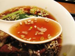 9牛肉入り汁そばスープ@翡翠園