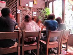 2店内:大テーブルのサンルーム席@ピザとパスタの店・らるきい・大手門