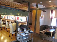 2店内:漬物コーナーとカウンター・小上がり@博多ラーメンこじま亭・那珂川店