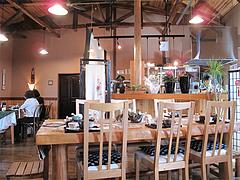 店内:テーブルには煎茶セット@おちゃの舎 野の花・福岡県小郡市