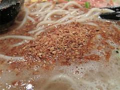 料理:ラーメンに卓上のすり胡麻@久留米大砲ラーメン天神今泉店