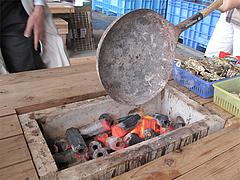 店内:炭入れる@牡蠣小屋だいゆー(だいゆう・ダイユー)・糸島