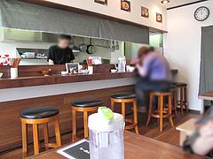 3店内:カウンター・テーブル席@ラーメン神(じん)