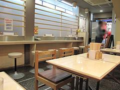 店内:カウンターとテーブル席@博多ごろうどん・新天町・天神