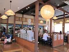 店内:広い座敷とテーブル席@うどん小麦冶・春日岡本店