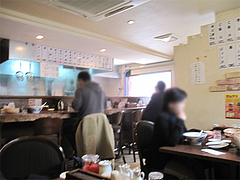 店内:カウンター席とテーブル2卓@ちゃんぽん専門店・千吉・博多区神屋町