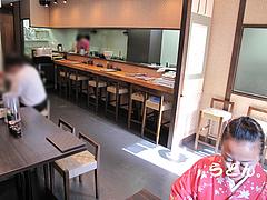 店内:カウンターとテーブル席@博多つけうどん・忍々・櫛田神社前