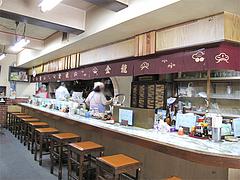 店内:カウンターとテーブル席@金龍食堂・親富孝通り・天神