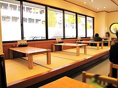店内:テーブルと小上がり@長住うどん