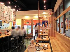2店内:カウンター・テーブル@ラーメン・めんくいや・博多駅東店