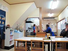 2店内:テーブル席とカウンター席@丸元ラーメン・春日