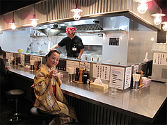 店内:カウンター@らーめん大・福岡大橋店
