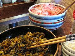 店内:辛子高菜と紅しょうが@博多らあめん・てん・大橋