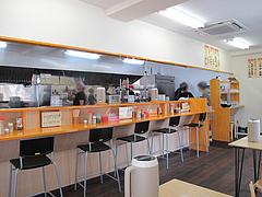3店内:カウンターとテーブル席@ラーメン・長浜ナンバーワン長浜店