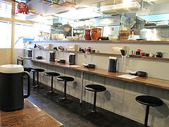店内:カウンターとテーブル@ラーメン麺場・元次・薬院