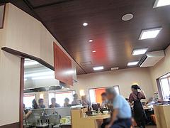 店内:カウンターとテーブル席@北海道ラーメン・北の恵み・福岡空港