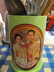 店内:タイ国王ご夫妻の箸立て@タイ国屋台居酒屋ガムランディー・大名