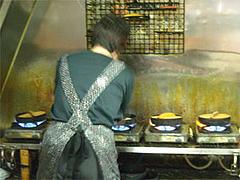 餃子焼いている@ギョウザ五十番・久留米