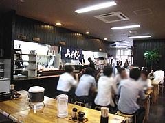 店内:カウンター席とテーブル席@うどん研究所・麺喰道・七隈
