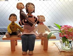 店内:お人形・ベンチ@はかまだ化粧品店・清川