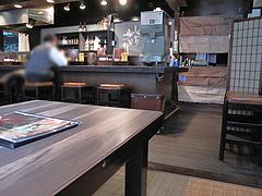 店内:カウンターとテーブル席@麺家一清・荒戸