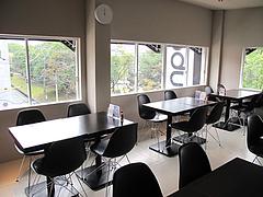 店内:テーブル席とカウンター席@ドッグカフェレストラン・ワンパーク大濠店