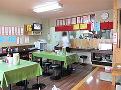 店内:テーブルとカウンターと小上がり@長浜ラーメン・みっちゃん