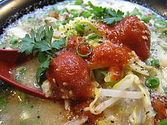 料理:白豚骨ラーメンスープ表面@拉麺空海・雑餉隈駅前店