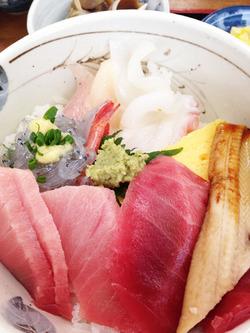 5中トロ海鮮丼がん見@地魚まるまん