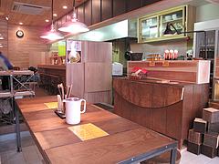 店内:テーブルとカウンター@ラーメン仮面55・薬院