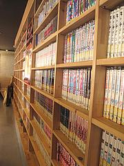店内:漫画いっぱい@博多金龍ラーメン・長住