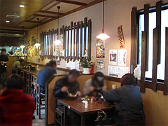 3店内:カウンターとテーブル@ラーメンTAIZO(タイゾー)那珂川店