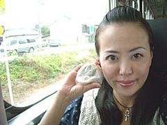 汽車の中で、梅ヶ枝餅を食べよう。