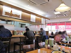 店内:カウンターとテーブル席@リンガーハット福岡大橋店