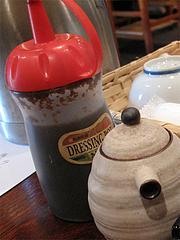 店内:卓上の醤油とゴマダレ@海鮮炉端・一手一つ