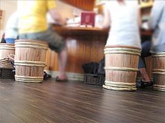 店内:カウンターの樽椅子@蔵出し味噌・麺場・彰膳・東福岡店