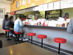 2店内:カウンター・テーブル@ラーメン・まるきん亭・木の葉モール