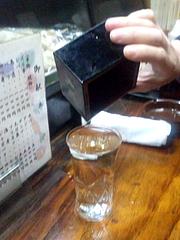 料理:コップ酒の正しい飲みかた@居酒屋・日本海・雑餉隈(ざっしょのくま)