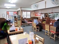 2店内:カウンター・テーブル・小上がり@博多ラーメン・唐木屋・堤店