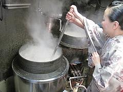 店内:豚骨スープ混ぜ体験無料@ラーメン・博多だるま