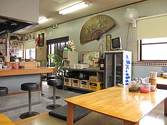 2店内:カウンター席と小上がり@福一ラーメン・向新町