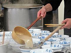 4店内:スープ注ぎ。@元祖長浜屋・ラーメン