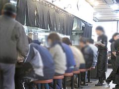 5店内:カウンター@ラーメン博多三氣・福大通り片江店