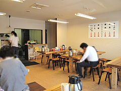 2店内:テーブル席@五号線沿いの元祖長浜ラーメン・太宰府