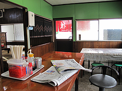 店内:カウンターとテーブル@ラーメン肥後屋・小郡