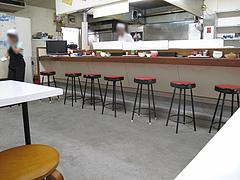 店内:カウンターとテーブル@福一ラーメン・長尾店
