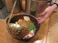 もつ鍋のスープ注ぐ@天神DININGじゃんくう